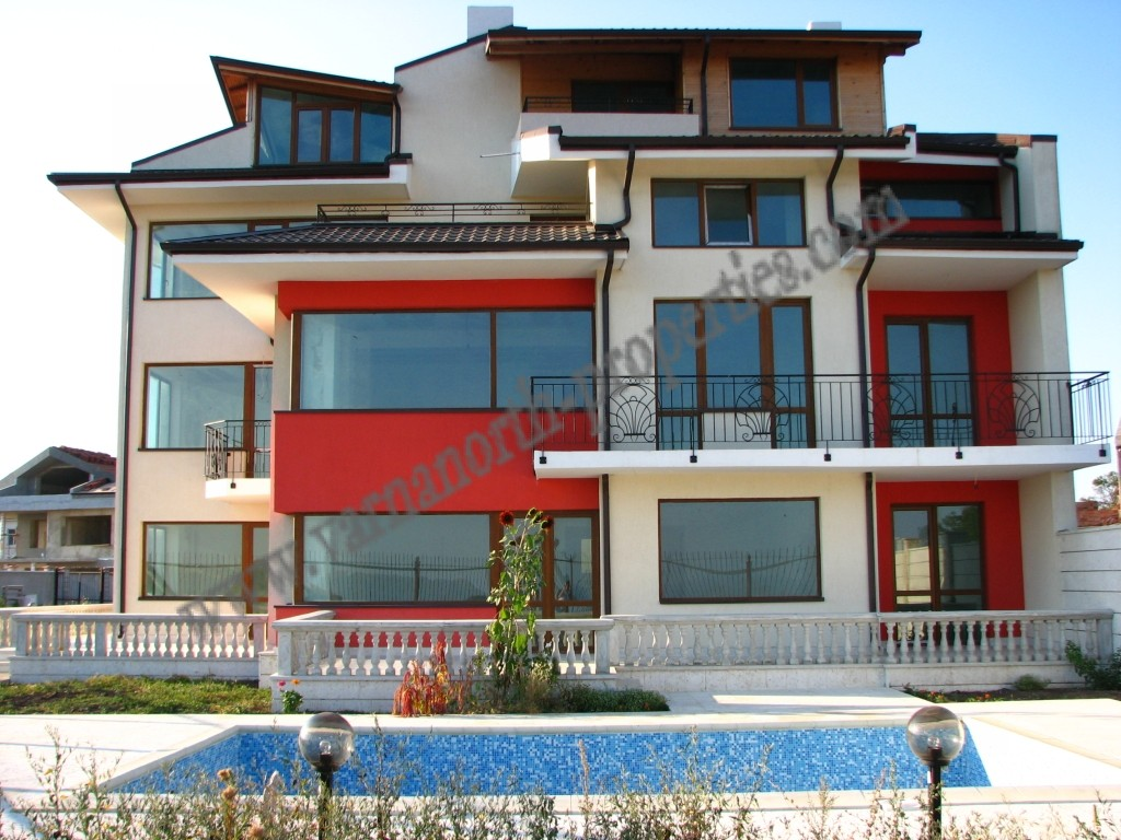 Building in Kavarna, with sea view and pool