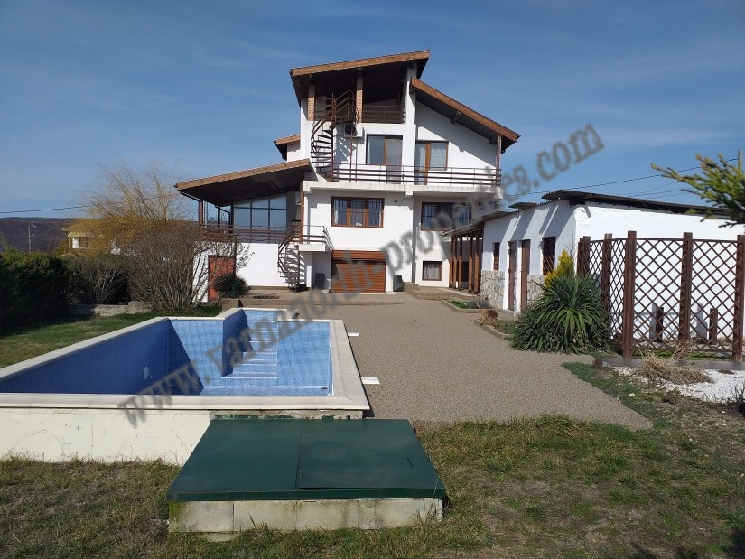 Fully furnished house with 4 bedrooms and pool